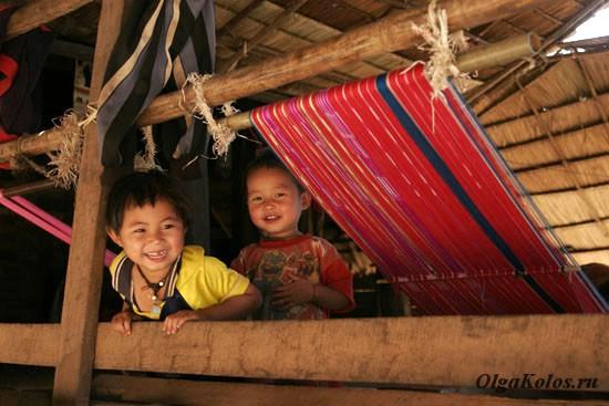 Детки в одной из горных деревень народа Карен на севере Таиланда