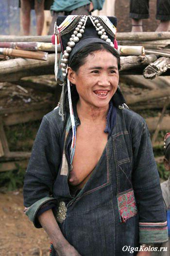 Женщина из народа акха. Трехдневный треккинг через деревни народа акха рядом с Пхонгсали
