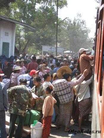 Обычный для Мьянмы штурм поезда на станции