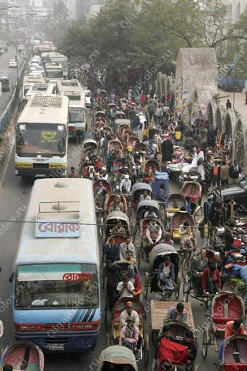 Пробка из велорикш на улицах Дакки