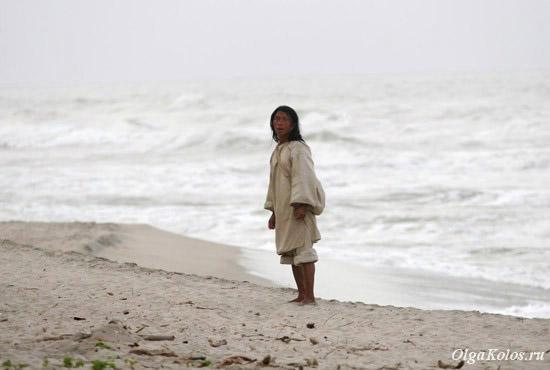 Индеец коги на пляже в Паломино