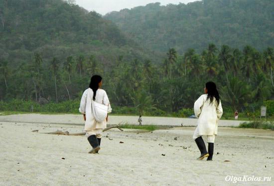 Индейцы коги на пляже в национальном парке Тайрона