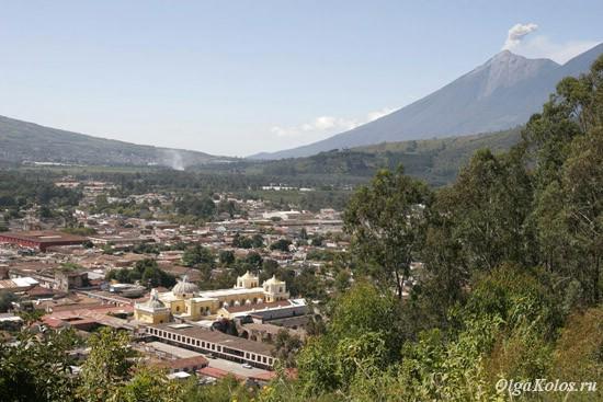 Вид на Антигуа с Cerro de la Cruz