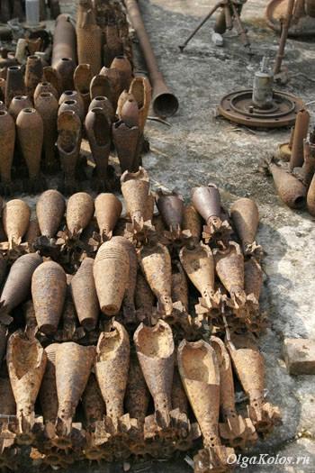 Неразорвавшиеся снаряды в Штаб-квартире UXO Laos (unexploded ordnance)