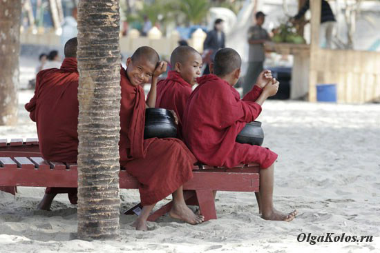 Буддистские монахи на пляже Чаунг Та