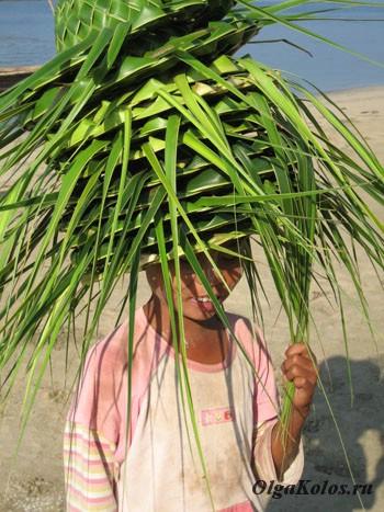 Маленькая продавщица шляп из пальмовых листьев
