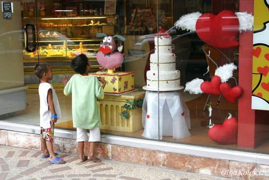 Детки перед витриной кондитерского магазина в Маниле