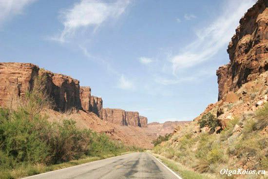 Дорога в заброшенный город Cisco вдоль реки Колорадо