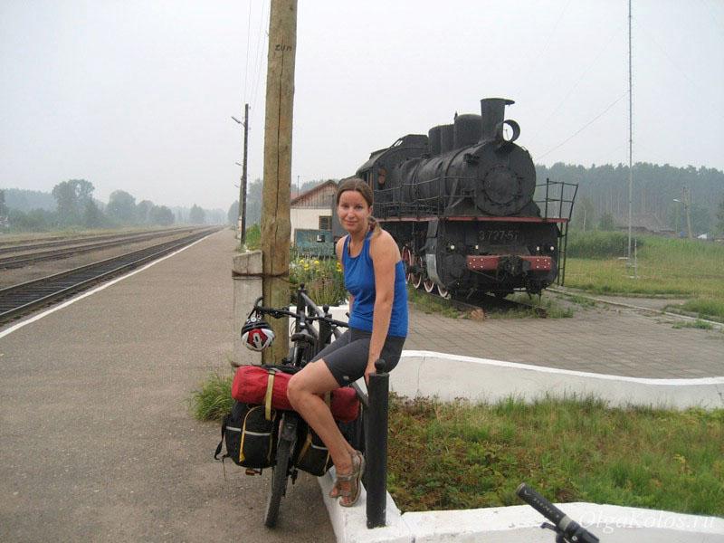 Старый паровоз на вокзале в Угличе